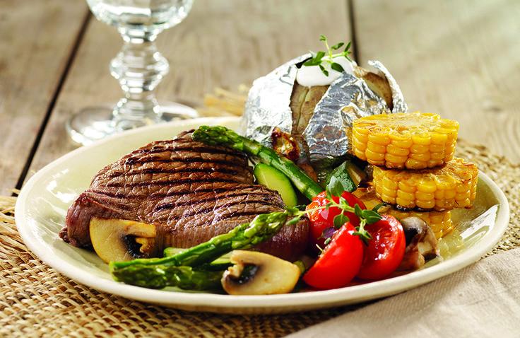 En fargerik og deilig grillrett med biff, bakt potet og smakfulle grønnsaker.