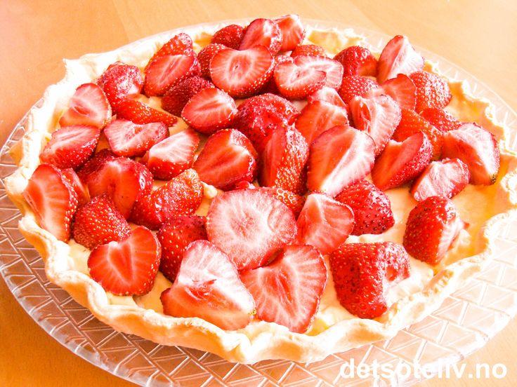 En veldig god sommerkake som er enkel å lage: søt mørdeigspai fylt med vaniljekrem og masse friske, deilige jordbær!