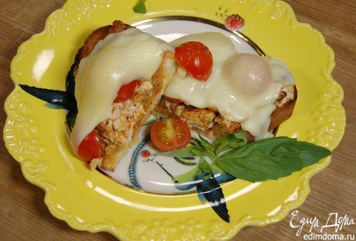 Бутерброды с курицей, моцареллой и красным песто от Юлии Высоцкой. Домашний соус песто можно хранить в холодильнике в стеклянной посуде с плотно закрывающейся крышкой 3–5 дней. Если не собираетесь на важную встречу, натрите обжаренный под грилем хлеб чесноком. Консистенция у песто должна быть не слишком плотной, но и не жидкой, скорее бегущей. #едимдома #готовимдома #рецепты #юлиявысоцкая #кухня #домашняяеда