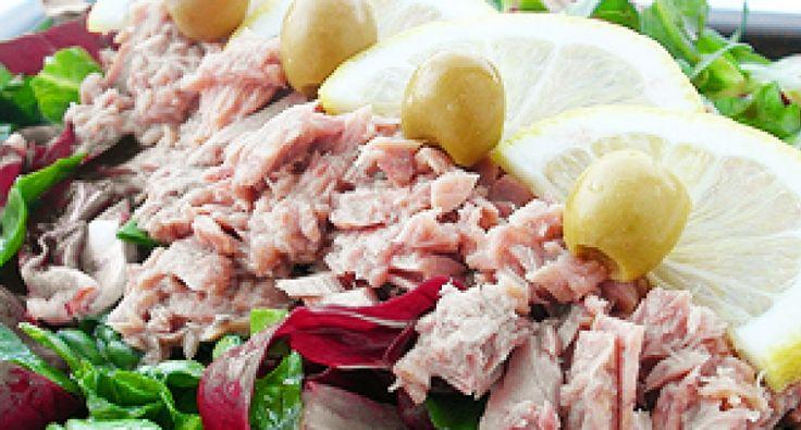 Przepis na sałatkę z tuńczyka: Smakowita, zdrowa i lekka sałatka dla miłośników tuńczyka. Cytryna daje całości przyjemny, orzeźwiający smak. Mogę tylko polecać ten przepis!