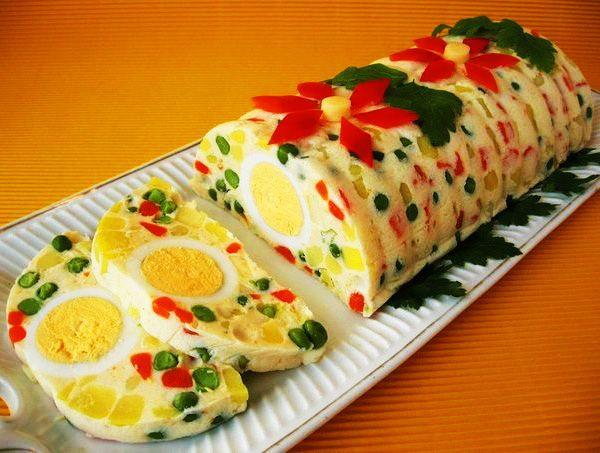 Ингредиенты– 200 г моркови– 200 г мороженого зеленого горошка (или зеленый горошек консервированный)– 350 г картофеля– 200 г вареной ветчины– 100 г яблок– лимонный сок– соль– перец– 5 варены…