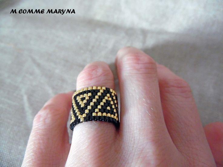 """Bague en perles Miyuki bohème boho chic Noir et doré """"Triangles"""" tissage peyote amérindienne hichol."""
