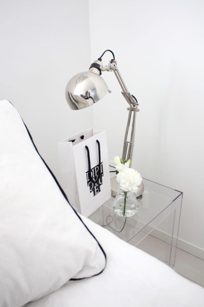 bedroom |  Kartell Jolly bedside table en rose ou mauve | IKEA Forså lamp