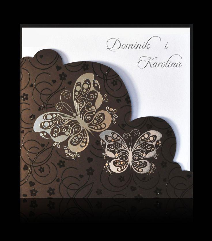 Zaproszenia ślubne B 6202 Zaproszenie wykonane z brązowego papieru. Na froncie zaproszenia dominują srebrne motyle dopełnione roślinnymi motywami, ozdobne wycięcie. W środku biały perłowy papier. Srebrny nadruk.