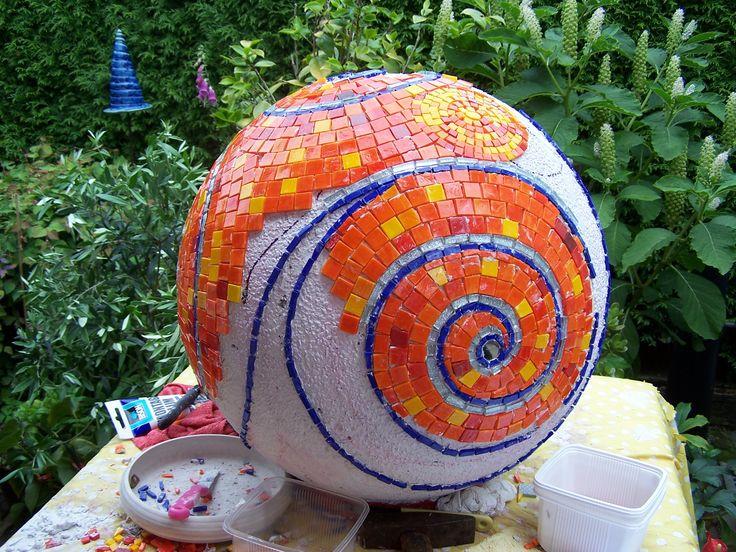 het maken van een oranje mozaïek bol
