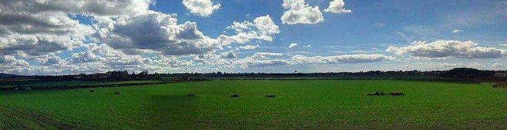 Camminare verso orizzonti che segnano un confine tra cielo e terra, per arrivare con i piedi stanchi e le mani che toccano le nuvole