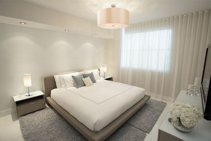 W sypialni pierwszoplanową rolę powinno odgrywać światło dekoracyjne, które buduje nastrój wnętrza, jest zharmonizowane z kolorystyką i podkreślające właściwości materiałów.   Na zdjęciu plafon i lampki z serii Otto