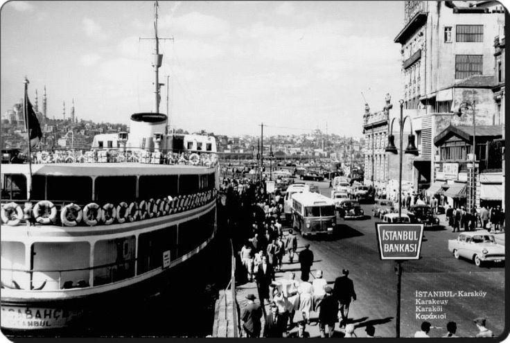 """Şehir hatları işletmesi """"Paşabahçe"""" vapuru Karaköy vapur iskelesinde."""