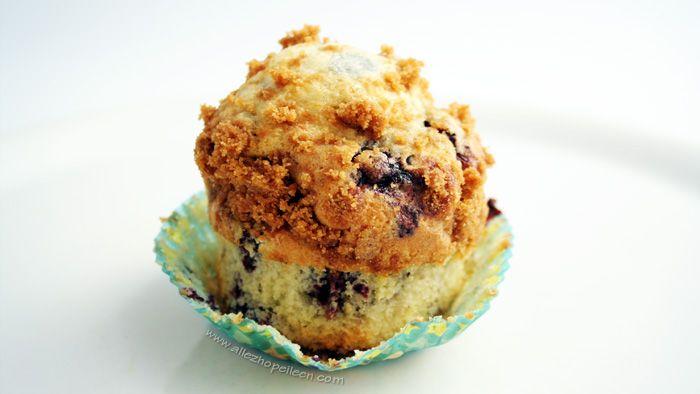 Muffins extra moelleux à la myrtille { recette américaine } - Vous savez ces magnifiques muffins aux myrtilles que l'on trouve chez Starbucks. Énormes et moelleux. Juste irrésistibles. Ben moi, il m'est humainement impossible de quitter un Starbuc…