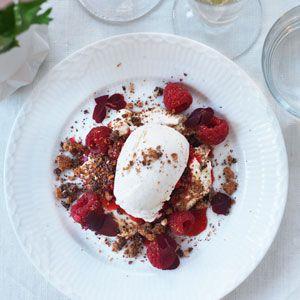 Champagnegranité med hindbær, vaniljecreme, rød syre og chokolade