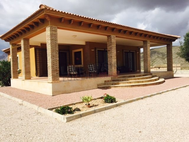 Now 179950€ - Unique design country style villa in a beautiful location very private and only 15 mins walk to the village with stunning panoramic views. In a quiet location on the outskirts of Hondon de los Frailes, but only 2 minutes by car to the village. The property is exceptionally spacious inside and covers 220 m2 sitting on a plot of nearly 4000 m2. The property is fully legal with all papers & whilst the exchange rate is as it is the owner will look at reasonable offers! Ref: Hon F…