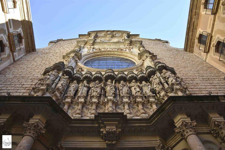 Santa Maria de Montserrat Abbey蒙塞拉特修道院 . More on: https://www.circlewalker.me/bcnmain .  #歐洲 #Europe #旅遊 #Travel #背包客 #BackPacker #周圍行CircleWalker #攝影 #photography #art #藝術 #西班牙 #Spain #Barcelona #巴塞隆納 #巴塞隆拿 #style #sky #天 #藍天 #BlueSky #blue #藍 #church #abbey #cathedral #教堂 #雕 #carve