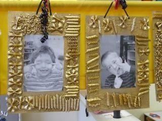 fotolijst van macaroni en gouden verf