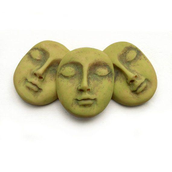 Jade Green Dream Set de 3 Polymer Clay Face taxis - article n ° 3441 Ma pâte de polymère joli cabochon visages sont fait à la main et à la main peint. Ils seraient un merveilleux point focal pour la création de magnets uniques, ornements, broches ou épingles, collier de perles pendentifs, sacs à main, poupées art perlé, mixed media art, ce que vous pouvez imaginer! Faces sont plats et non peinte sur le dos, avec mes initiales estampillés sur. J'ai appuyé sur les visages dans ma moule non…
