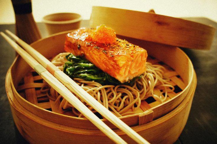 La versatilidad del salmón Con fideos soba y espinacas. © Gourmetillo Food Studio.