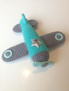Een gratis Nederlands haakpatroon van een stoer vliegtuig. Wil jij ook een kindje blij maken met een vliegtuig? Lees dan snel verder over het haakpatroon!