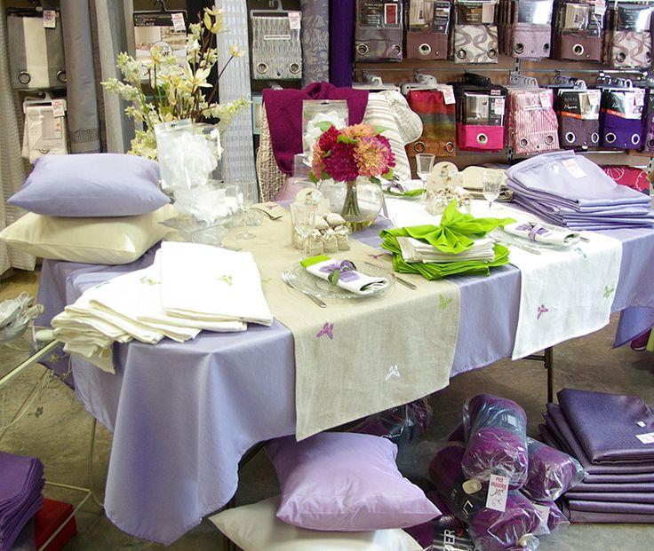 Un printemps couleur lilas :  Nappe polyester 140x240. Chemin de table lin brodé 45x150. Serviettes de table coton 40x40. Objets de décoration (fleurs, sachets senteur, pinces).