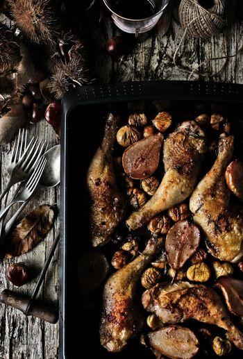 【鶏もも肉と栗・洋なしの赤ワインロースト】 材料:鶏もも4切れ、栗350g、洋なし3つ(半分にカット)、ポートワイン(赤)100ml(※ポートワインがおすすめですが、なければ甘口の赤ワインで代用を。)、ブラウンシュガー20g、ローズマリー大さじ1、オリーブオイル大さじ2、チキンストック100ml、塩少々、ピンクペッパーの実少々(潰す)…