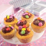 Receita: Queques de baunilha com cobertura de chocolate - SAPO Sabores