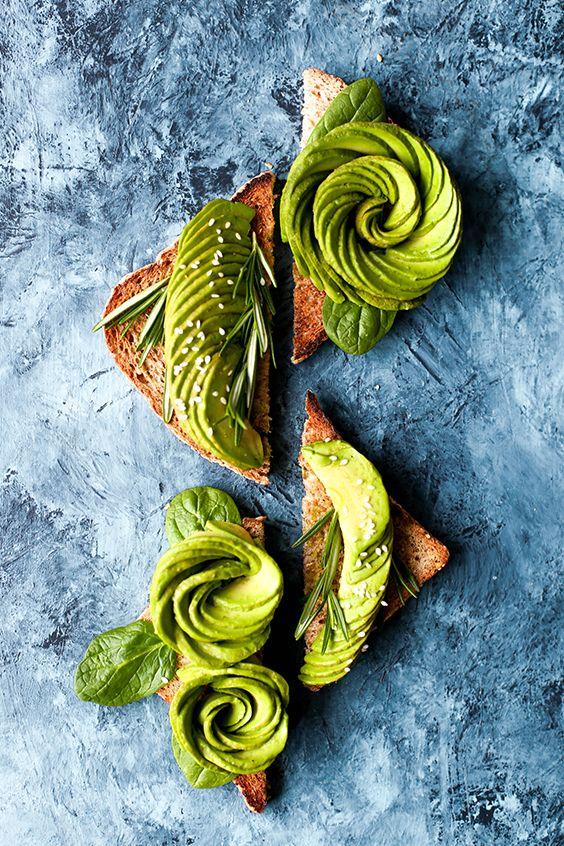 Des roses d'avocat sur toasts… Voici une idée originale pour surprendre vos invités lors de vos apéritifs ensoleillés ! --- #avocat #gastronomie #cuisine #recette #summer #fruits #salades #exotique #healthy #food #inspiration #été