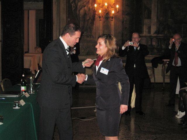 """Il presidente AIRA Veneto Luca Bigozzi, proclama vincitrice Valentina Zambon dell'IPSSAR """"A. Beltrame"""" di Vittorio Veneto (TV) III°GPAV @ Ca' Sagredo Hotel / Venezia."""