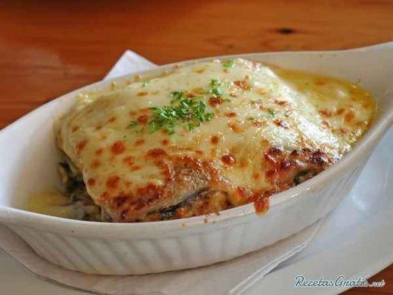 Sabrosísima lasaña de berenjena con queso y tomate.