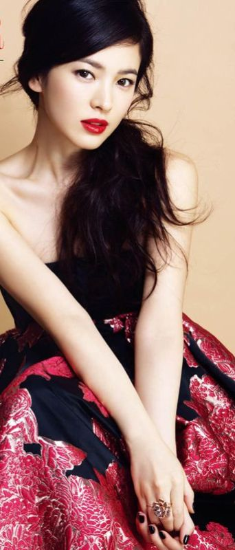 Use a bright red lipstick makes your skin look fair and flawless, like Song Hye-kyo