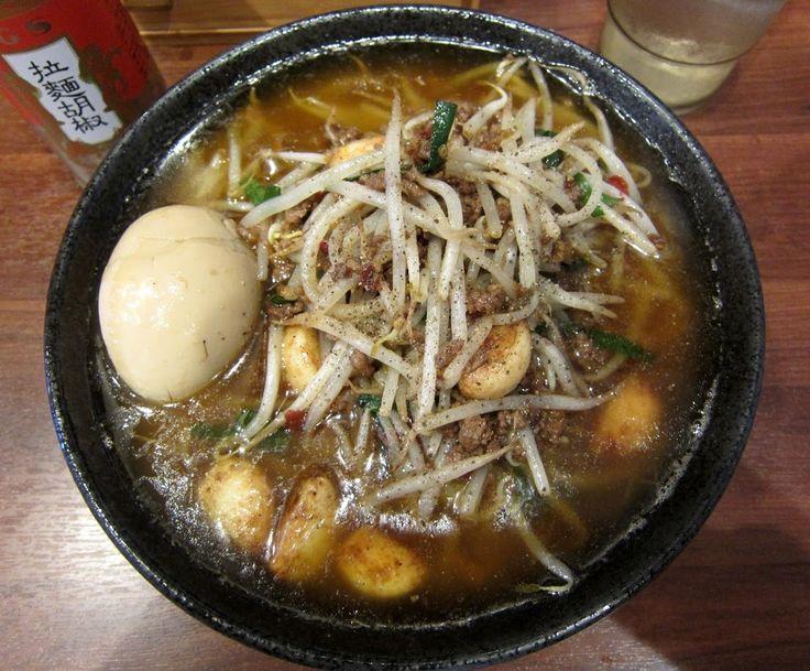 月寒東5条8『大介』ベトコンラーメン モヤシ、ニラ、ひき肉、ニンニク、煮卵の具材。 炒め油がたっぷりなので、表面がラードだらけ。 食べ進むと、台湾ラーメンの親戚だと感じる。 Google+
