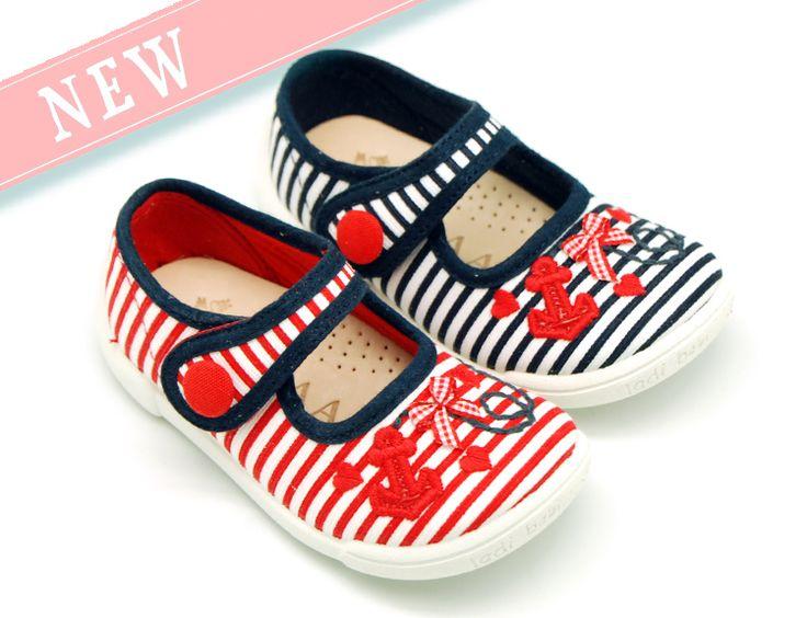 Tienda online de calzado infantil Okaaspain. Diseño y Calidad al mejor precio fabricado en España. Mercedita con velcro botón en algodón con bordados marineros para niñas pequeñas. Envíos en 24,48 horas laborables.