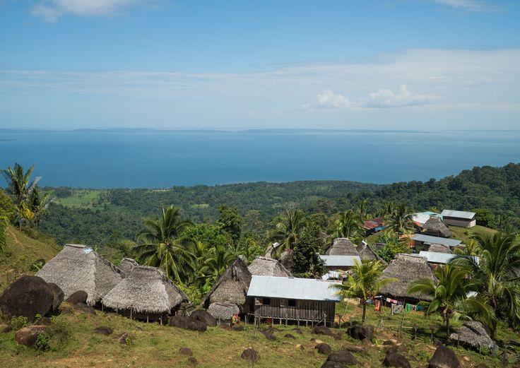 El pueblo Ngobe colgado sobre la misma orilla del mar Caribe. La gloria