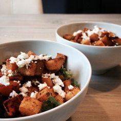 Heerlijke salade van geroosterde pompoen met curry, geitenkaas en pesto. Deze pompoensalade is lekker als lunchgerecht of als bijgerecht.