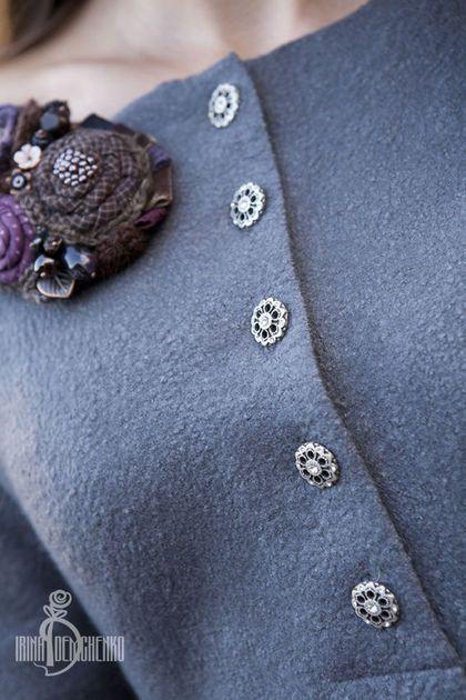 Купить или заказать Валяное платье «Морозное утро» в интернет-магазине на Ярмарке Мастеров. Полюбившаяся мне и моим любимым покупательницам модель платья. Я бы сказала, что это современное ретро. Смотря какую обувь подобрать. Кто как,не женщины могут позволить себе носить такие нежные и милые вещицы. Специально для него нашлись такие замечательные итальянские пуговки с кристалликами. Рост модели 170 см. размер платья 42-46 см. В комплект к платью поясок-шнурок.
