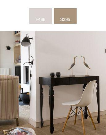 Kącik do pracy można stworzyć nawet w holu - wystarczy odrobina chęci i twórczej inwencji.  Oryginalny kształt mebli, wysmakowane dodatki, biel ścian - tworzą aranżację urzekającą delikatnością i lekkością stylu.