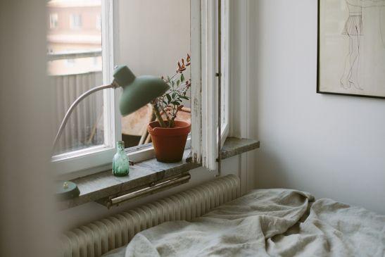 Säng lakan lampa fönster Dirty Linen