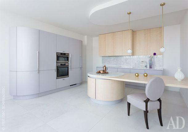 Кухня Aster. Кухонный остров выполнен из шпона сикаморы и каррарского мрамора. Лиловый фасад кухни…