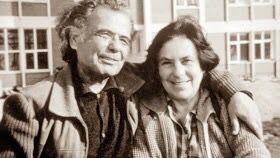 Halet Çambel; Mimarlık diploması olmadığı halde dünyanın en prestijli ödüllerinden Ağa Han Mimarlık Ödülü'nü kazanan Nail Çakırhan'la 70 yıl kadar evli kaldı.