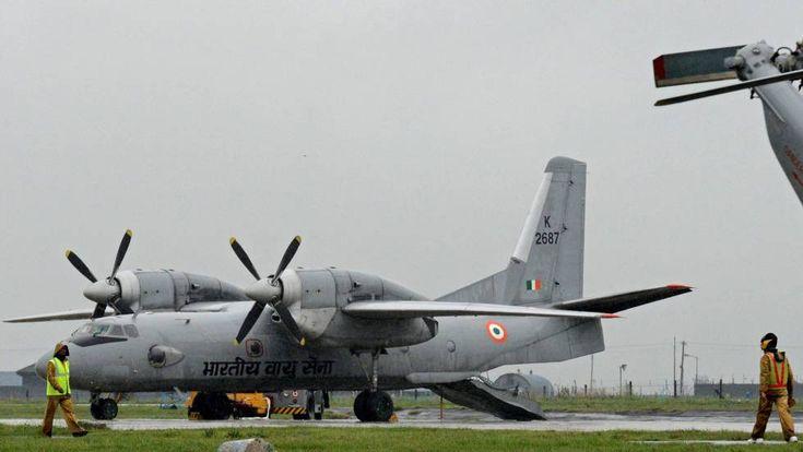Desaparece un avión militar en India con 29 personas a bordo La Fuerza Aérea ha informado de que se perdió el rastro de la aeronave en su trayecto a Port Blair Foto de archivo de un avión Antonov-32 en la base de Srinagar (India).