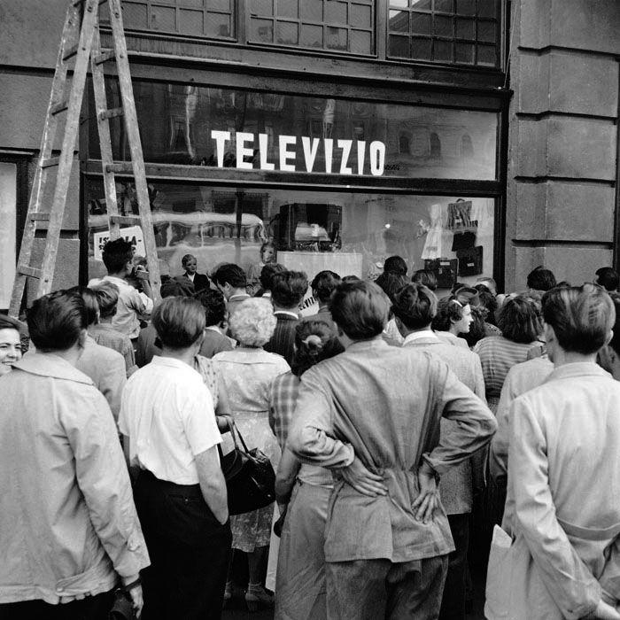 A kísérleti televízió adását nézik a járókelők. 1956. szeptember. Kéri Dániel felvétele