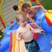La primavera se acerca y debemos aprovecharla al máximo con nuestros hijos. ¿Por qué no hacerlo con un buen chapuzón en el jardín? Conoce los beneficios de las albercas inflables.  http://infantes.linio.com.mx/featured/chapuzon-primaveral/