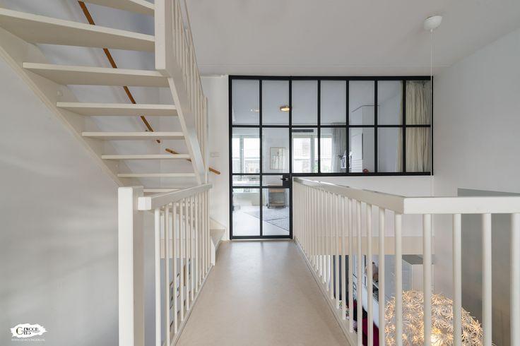 In dit prachtige woonhuis op Katendrecht, Rotterdam, heeft GewoonGers een videwand gerealiseerd. De gelijkmatige vlakverdeling in deze wand creëert rust en overzicht. #GewoonGers #interieur #huis #Rotterdam #Katendrecht #Netherlands #ontwerp #design #aluminium #pui #contrast #glaswand #glas #frame #vide #wonen #custommade #maatwerk #vintage #industrieel #interieurontwerp #poedercoating #poedercoat #binnenpui #binnenhuisarchitect