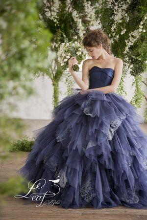 シックな色にふんわりした特徴あるスカートが素敵♡