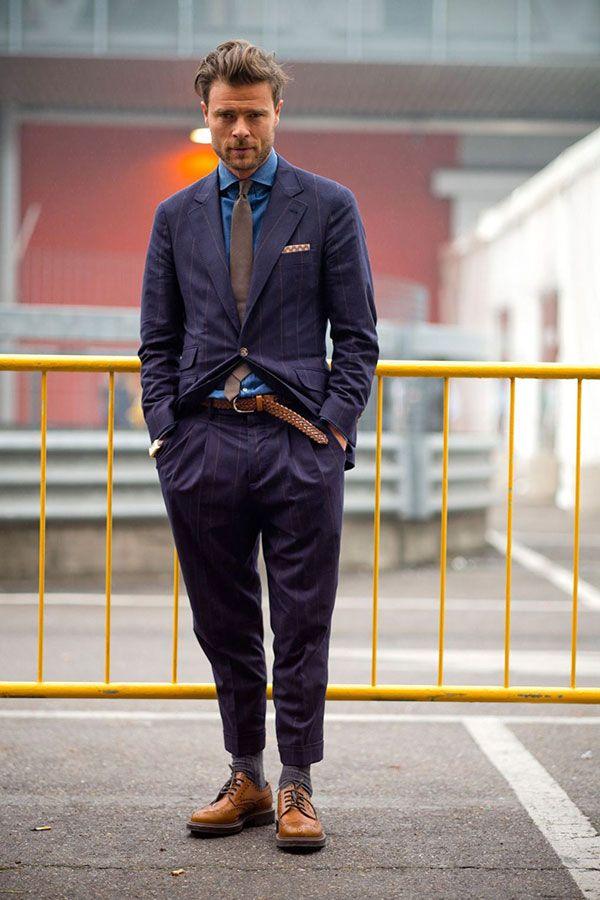 紫ストライプスーツ×デニムシャツ×ライトブラウンソリッドタイ×キャメルウイングチップシューズ