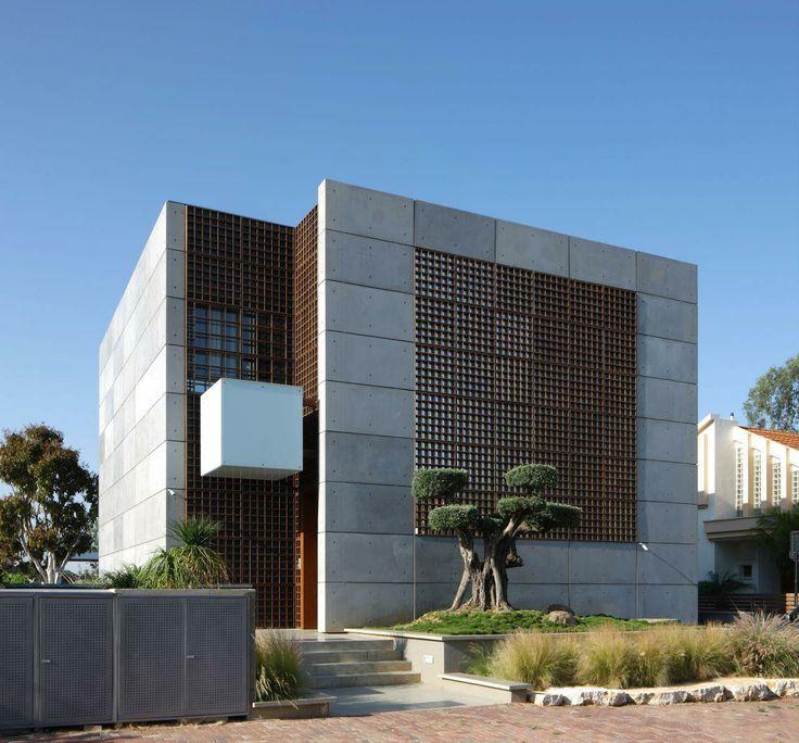 House K by Auerbach Halevy Architects / 以色列私宅以預製混凝土板結構 ( prefabricated exposed concrete panels ) 結合伊斯蘭建築特有 Mashrabiya 格子窗 。木格子 ( Latticework ) 為整體增添一種中東風味與溫潤感受。