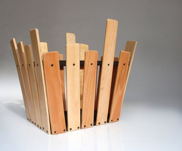 Constituée de lattes de sommier, cette corbeille à papier de l'agence Art Terre récupère le bois, pour lui donner une nouvelle vie, sans déf...
