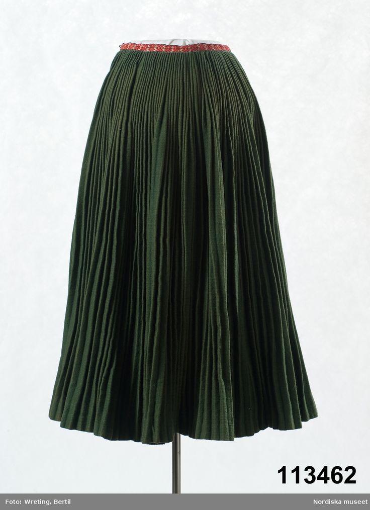 Kjol av grönt halvylle. Att ej ha framvåden av sämre tyg ansågs som högfärd, den syntes ju inte under förklädet. Ore, Dalarna, Sweden