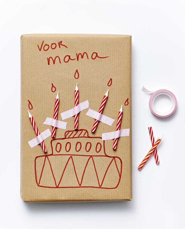 Surprise! Verpak je cadeau in effen papier, kaarsjes erop plakken met gekleurd tape, en een zelf getekende cake eronder. Grappige manier van inpakken.