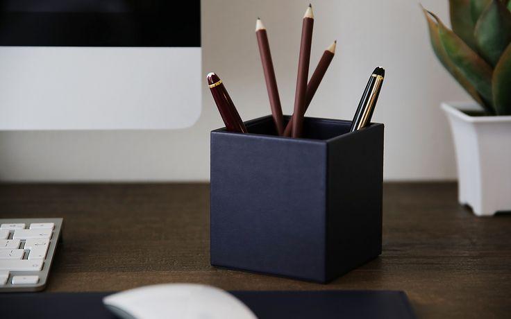 Vous ne trouverez nulle part ailleurs une collection aussi complète et diversifiée d'accessoires en cuir pour le bureau à personnaliser à l'infini. À vous maintenant de jouer au décorateur d'intérieur pour vous confectionner l'environnement de travail qui vous ressemble le plus