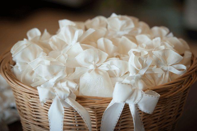 Sacchetto in lino  Sacchetto in lino color avorio Iniziali sposi ricamate Confezionamento con 5 confetti  Price: €6.00