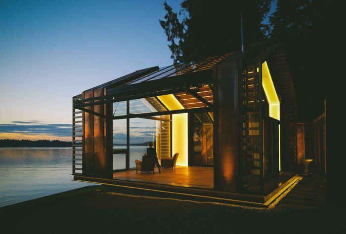 Прекрасный домик-беседка на берегу озера, переделанный из старого гаража, стал дебютом дизайнеров Seth Grizzle и Jon Junker. На 40 квадратных метрах молодые люди оборудовали гостиную. Вместо стен они установили огромные окна, сквозь которые отдыхающие могут любоваться восходами и закатами.