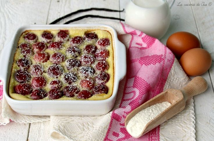 """Il clafoutis di ciliegie è un dolce di origine francese dove in una morbida pastella vengono """"affogati"""" pezzetti di frutta. ricetta clafoutis di ciliegie"""